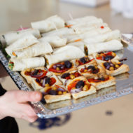 Mini-Wraps mit Hummus, Gemüsestreifen und Salat