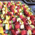 bunte Fruchtspieße mit Minze