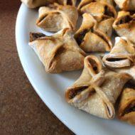 arabische Mini-Teigtaschen mit Spinat und roten Zwiebeln