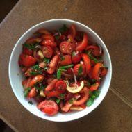 Tomatensalat mit Granatapfel-Sirup und gerösteter Zitrone