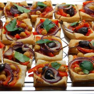Mini-Blätterteigpizzen mit Kichererbsen, Paprika und Kalamata-Oliven