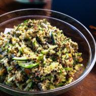 Quinoa-Salat-mit-Zucchinistreifen-und-Kuerbiskernen
