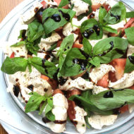 Veganer Mozzarella mit Tomate, Basilikum und Balsamico-Crema