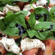 veganer-Mozarelle-mit-Tomaten-und-Basilikum-Balsamico2